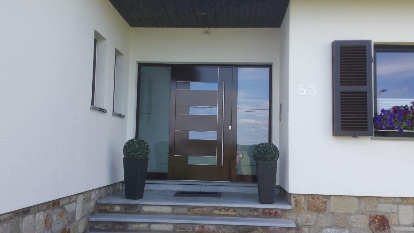 Flügelüberdeckende Haustüre mit zwei Seitenteilen